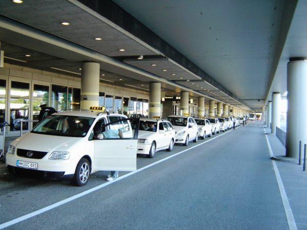Großraumtaxi zum Flughafen