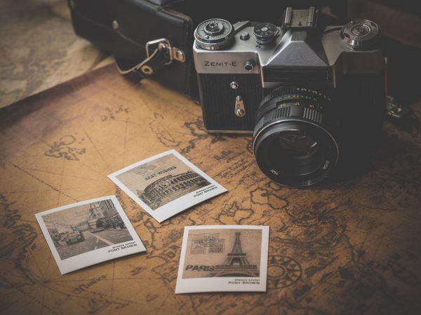 Früher musste man noch dicke Reiseführer wälzen und mit großen Landkarten im Auto auf Reisen gehen...